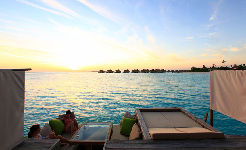 Отель Six Senses Laamu. Lagoon Water Villa. Закат.