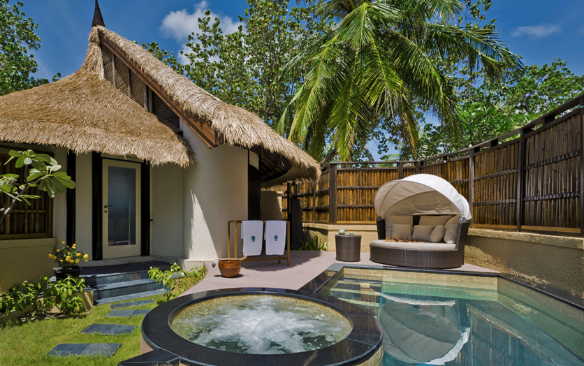 Отель Banyan Tree Vabbinfaru. Beachfront Pool Villa. Бассейн.