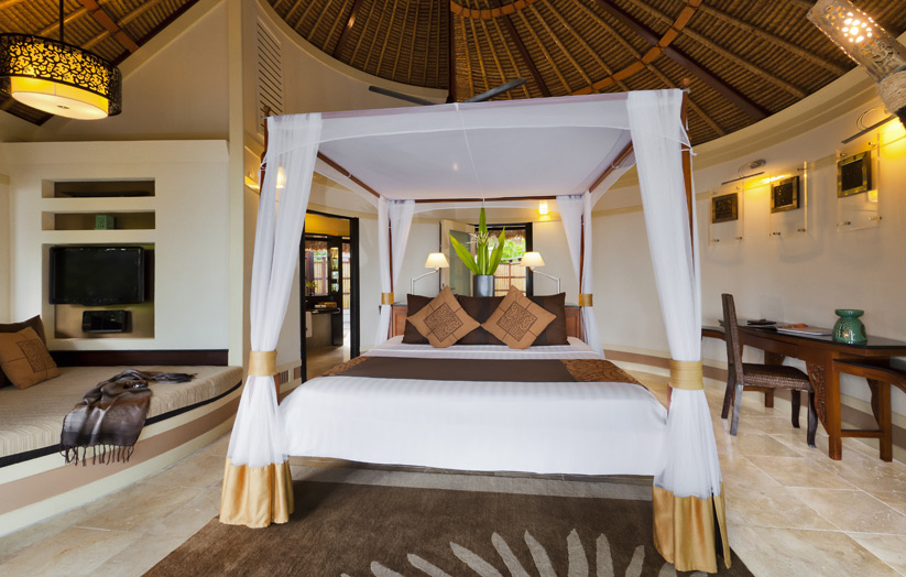 Отель Banyan Tree Vabbinfaru. Beachfront Pool Villa. Спальня.