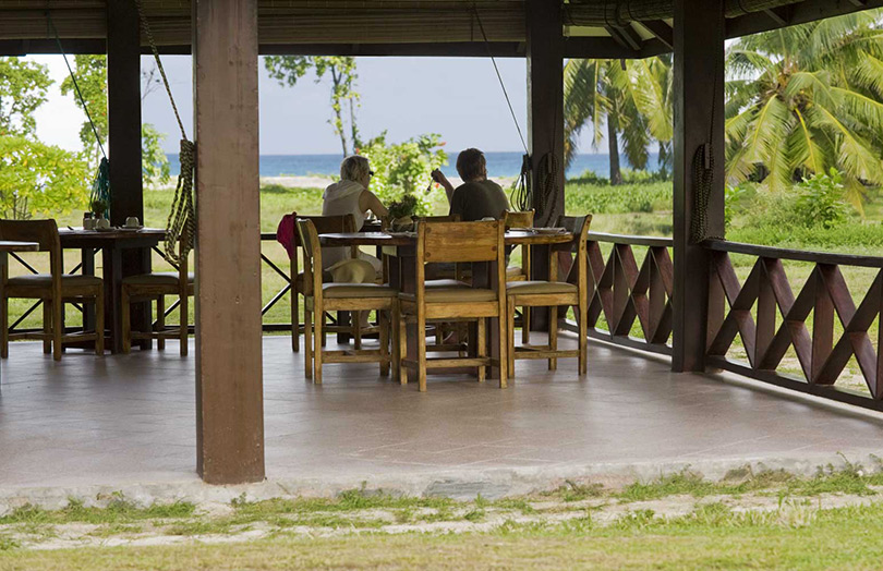 Ресторан отеля Bird Island Lodge.